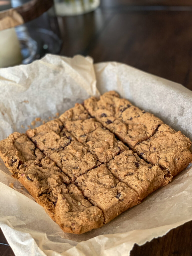 Tasty chocolate chip cookie bars without grains or gluten - fresh out of the oven